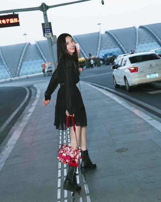 宋祖儿高调现身,穿2千5的雪纺裙背4千9的包,笑容灿烂太甜美