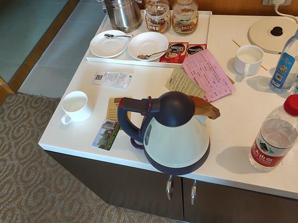 南宁一宾馆住客自称喝三杯水才发现烧水壶内有袜子,宾馆报警