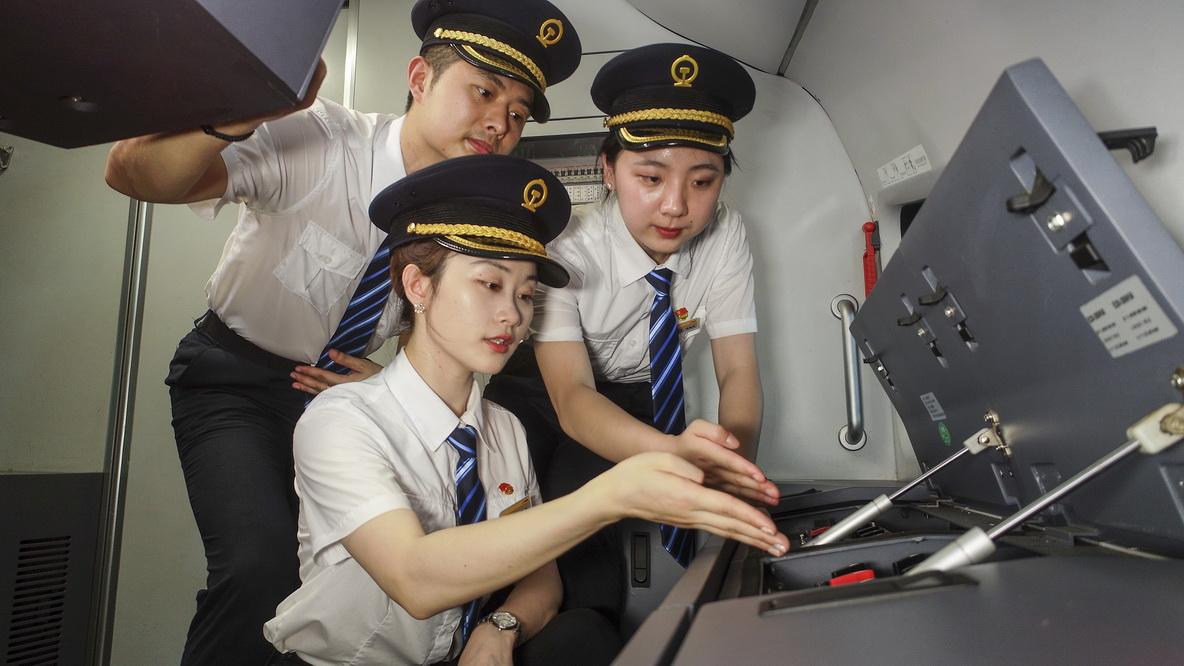 全国首批女动车组司机开始跟车实作培训