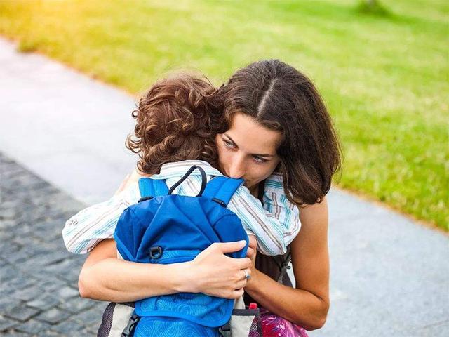 為求「媽媽抱」女兒套路媽媽,媽媽:這屆孩子賊難帶