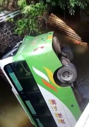 今早,海口甲子镇一大客车坠桥,已致2死9伤!