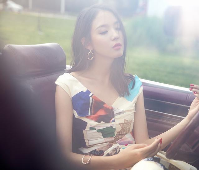 张梓琳真的已经35岁?简单印花裙穿出柔美高雅,被岁月偏爱的女人
