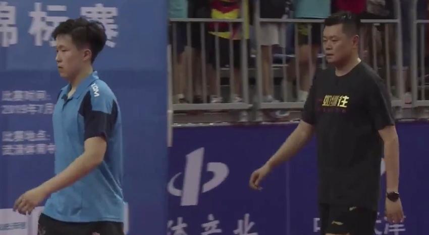 39岁乒球主播抱一对儿女霸气庆祝,王楚钦丢冠全程黑脸!