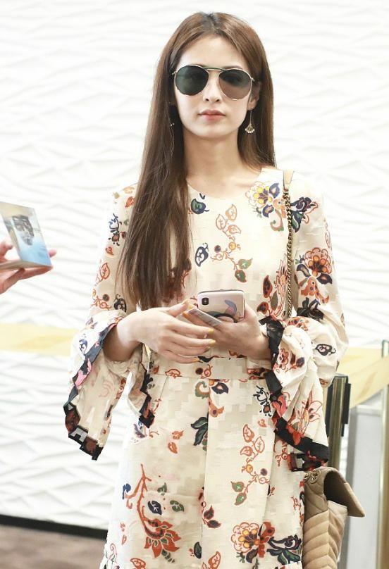 <b>颖儿的时尚经真是搞不懂,复古的花裙配双大码的粗跟鞋,新潮流?</b>