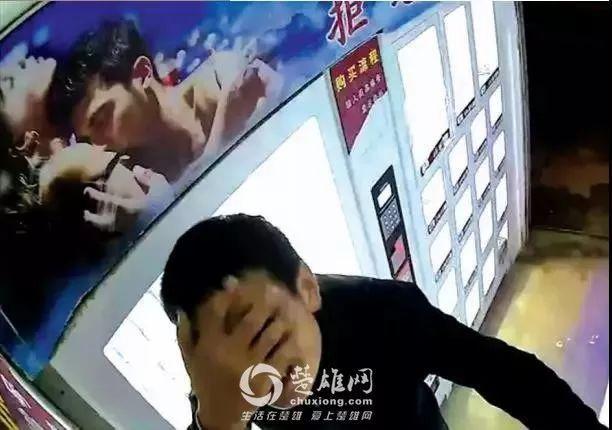 蠢哭了!云南一名小年轻对充气娃娃过分好奇,竟捂着眼睛干出这种事