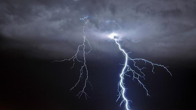 大学生雨天路上用手机被雷击,心脏骤停3小时后复苏需要全身换血