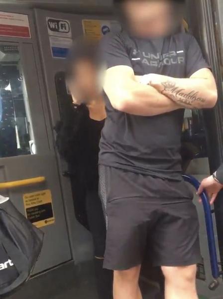 爱尔兰首都柏林一乘客辱骂公交车司机 逼停公交车