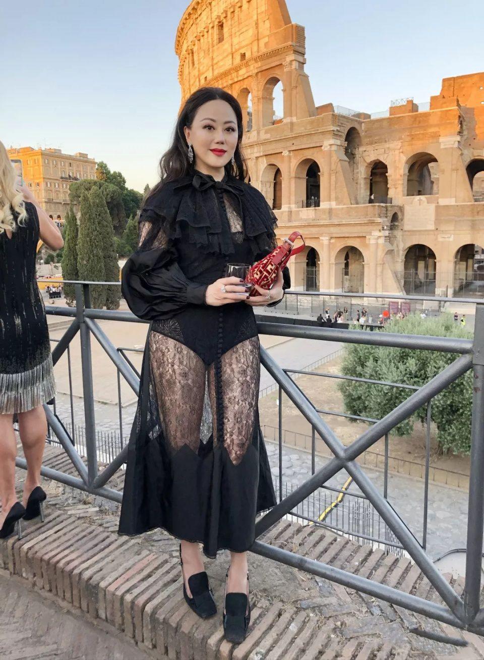 章小蕙真敢穿,56岁穿蕾丝透视裙现身活动,身材还很完美!