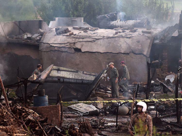 巴基斯坦一军机坠毁引发大火 致17死18伤