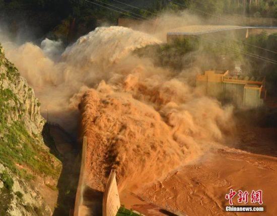 """刘家峡水库泄洪排沙 现""""双龙吐珠""""壮观景象"""