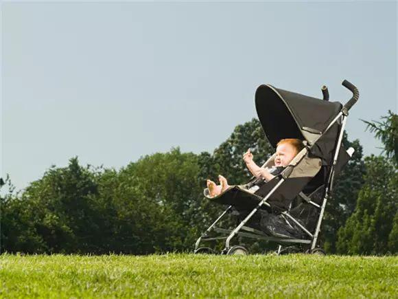 家家都有的婴儿车,竟然导致宝宝脊椎严重变形!快检查你家的