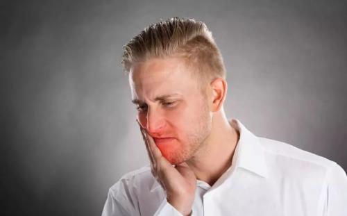 <b>被口腔溃疡缠上了,这些引起口腔溃疡的原因,看看你有几个中招?</b>