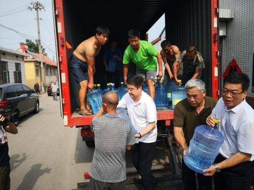 黄涛同志带队为饮水困难村送水 并陪同专家实地勘查找水打井