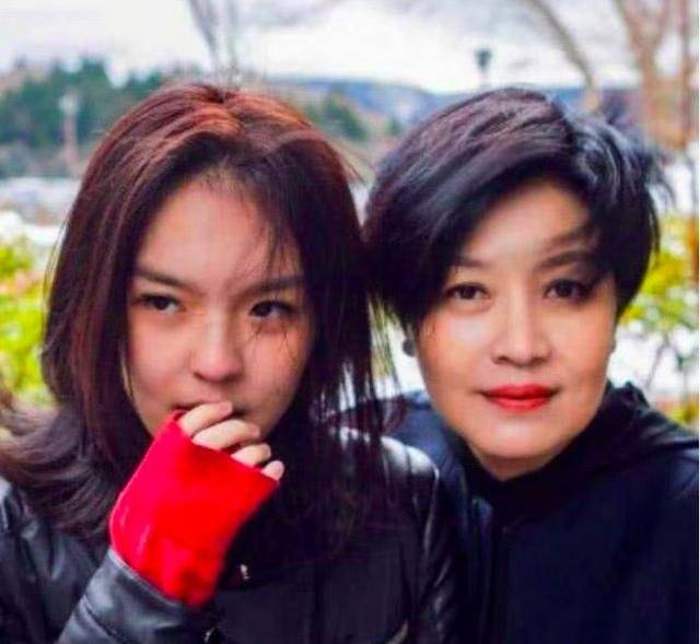 <b>李咏17岁女儿法图麦打扮成熟,穿吊带大秀小蛮腰马甲线!</b>