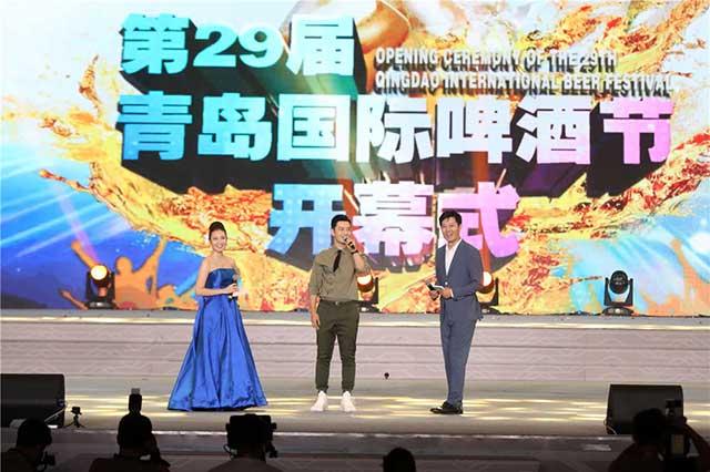 黄晓明独自参加青岛啤酒节开幕式,返回北京提及爱妻杨颖
