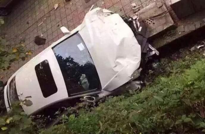 把车子交给新手女司机开,刚一启动就右转冲入人群,1死5伤酿惨剧