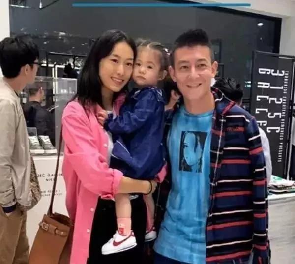<b>陈冠希的幸福日常,女儿越来越像秦舒培,一家三口大写的幸福</b>