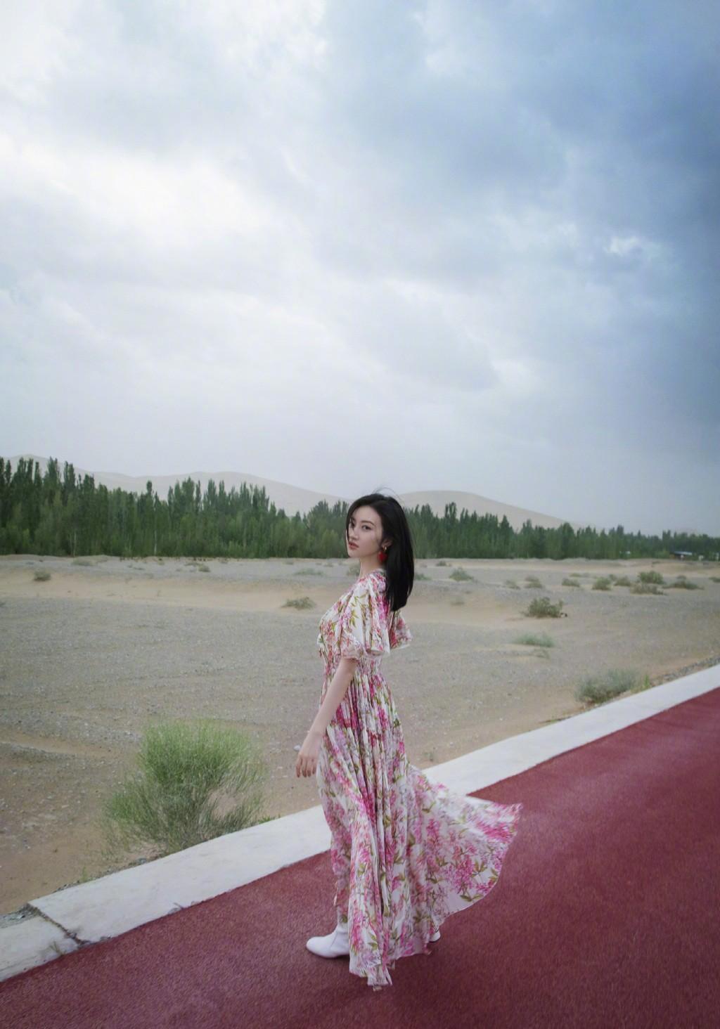 景甜摄影美图,身穿一款印花长裙配白色短靴,简约又优雅