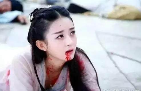古装剧中美女摔倒在地,杨幂唐嫣赵丽颖迪丽热巴,你最想扶谁起来