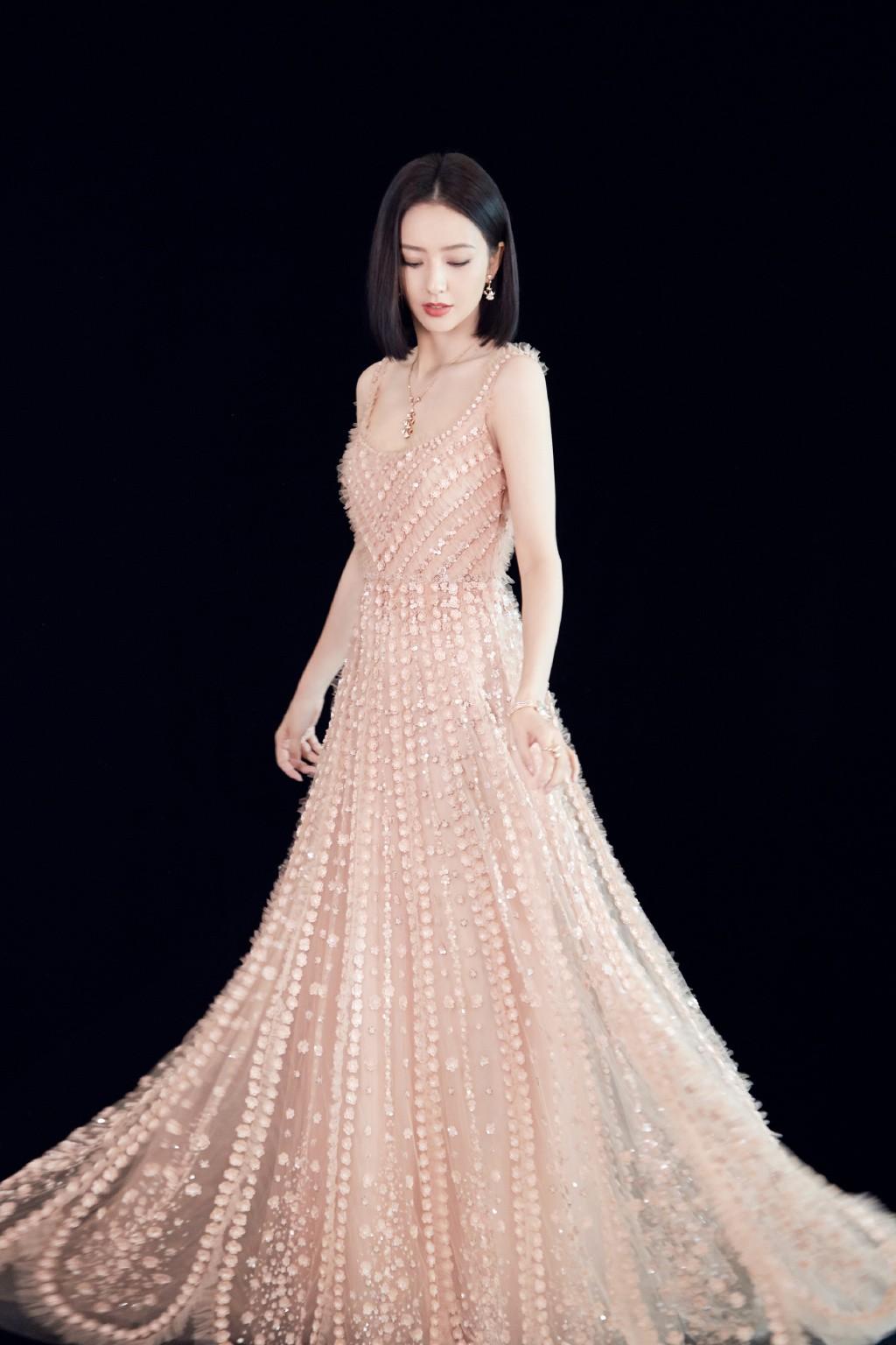 """35岁依旧被称为""""仙女"""",佟丽娅穿粉色长裙亮相,一出场就惊艳了"""