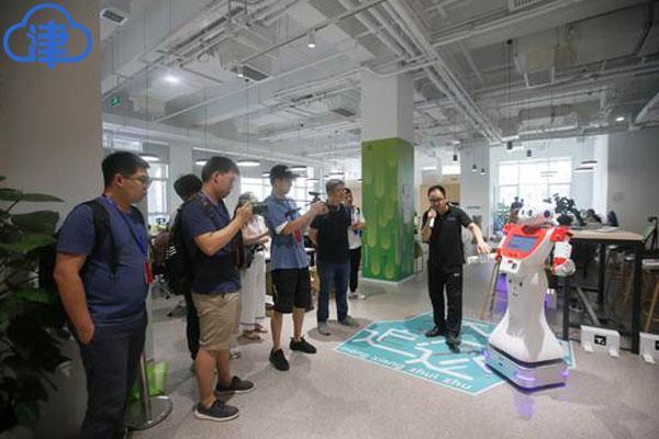 <b>「瓣瓣同心?协同五年谱新篇」爱耍酷的机器人、社区视频连线…走进一座繁荣宜居智慧的现代化海滨城市侧记</b>