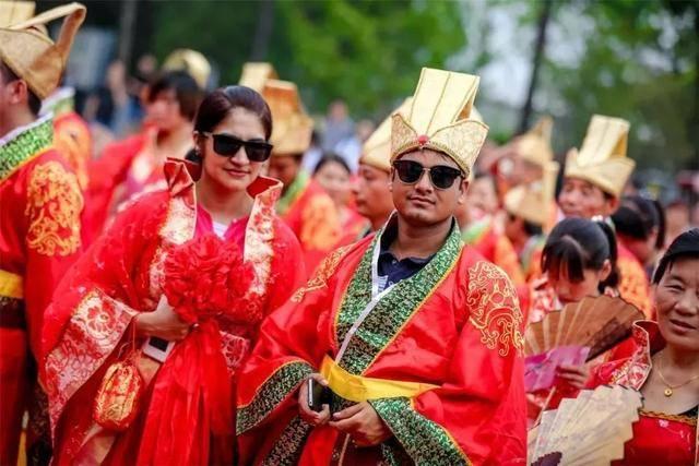 五星级金牌驾驶员胡耀凤:结婚四年,欠她一个婚礼图片
