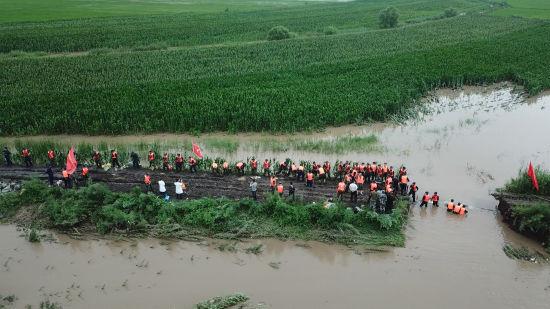 武警黑龙江总队进行多方向抗洪抢险