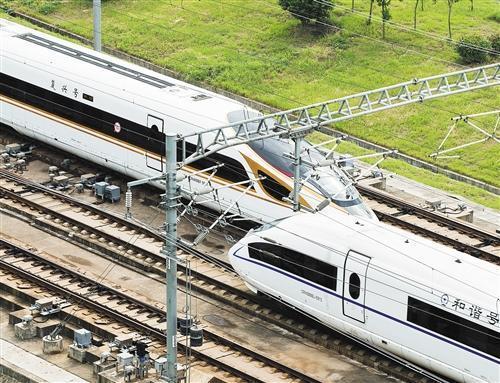 """一列""""复兴号""""动车组在京沪高铁线路上与""""和谐号""""动车组交会.图片"""