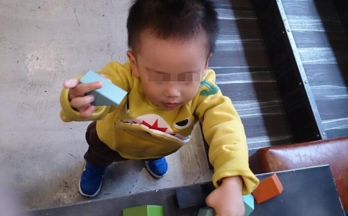 <b>2岁男孩误把干燥剂当零食,机智妈妈一招救了孩子,医生夸赞不已</b>