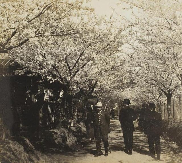 老照片:日军趁一战占领青岛,还在德国雕塑上建纪念碑