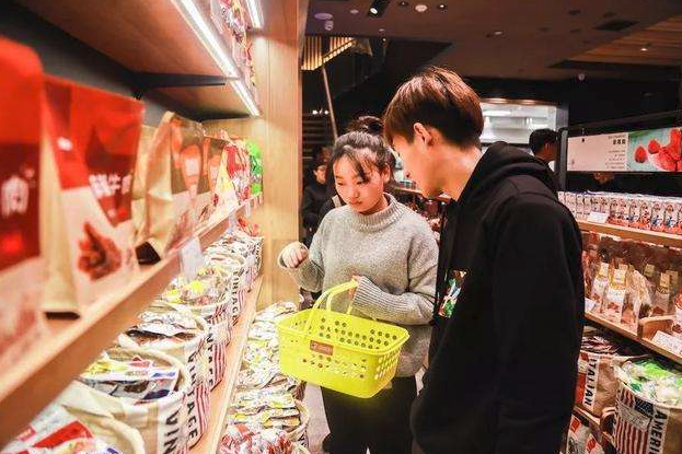 中国新零食大王出现:他力压百草味良品铺子,七年卖出200亿坚果