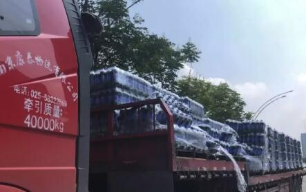 南京一辆货车掉下3吨可乐!路人帮捡,可乐1瓶没少