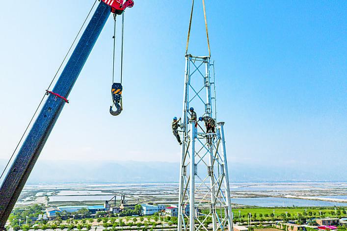 运城电力工人冒高温顶烈日建铁塔
