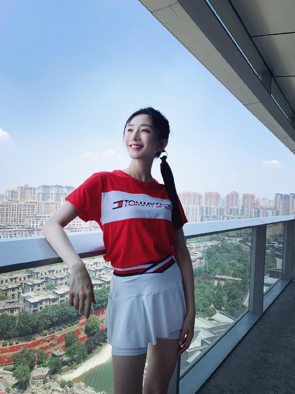 江疏影最新一组写真照,穿红色T恤配运动短裙,简约时尚活力又青春