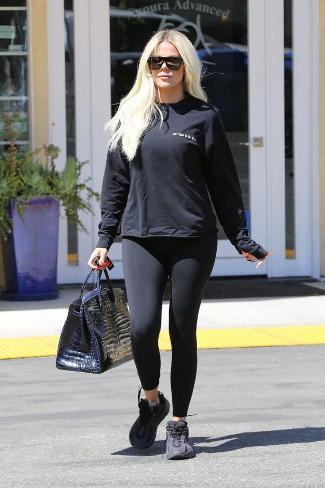 女星科勒·卡戴珊现身洛杉矶街头,她有一种从容的魅力