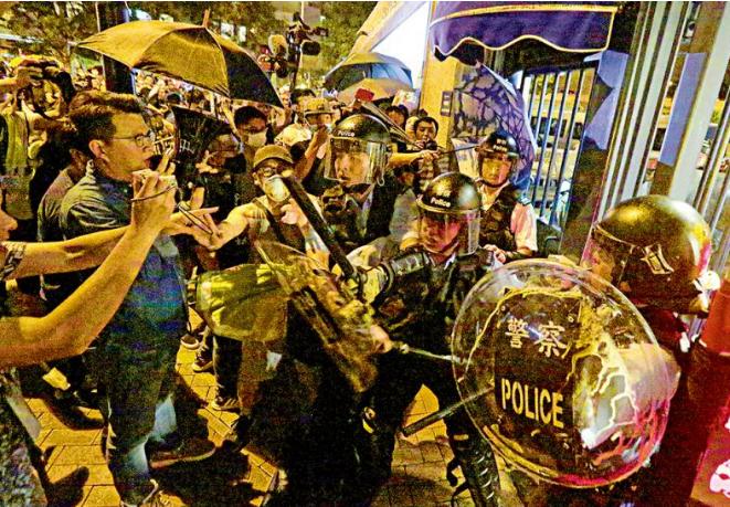 <b>24名香港警员遭袭 警方强烈谴责暴力行为</b>