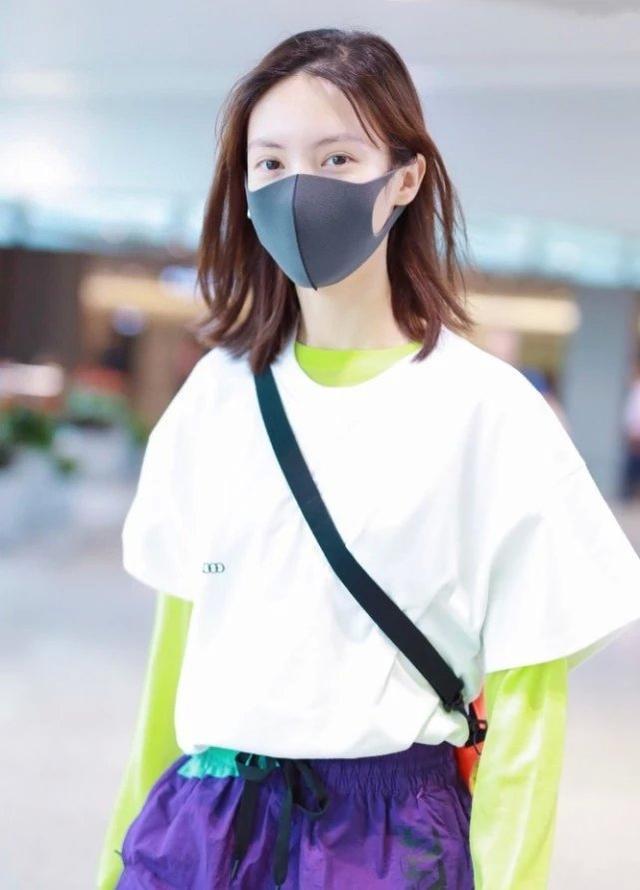 白T不要再单穿了,学金晨这样叠穿,不仅有层次感还很潮