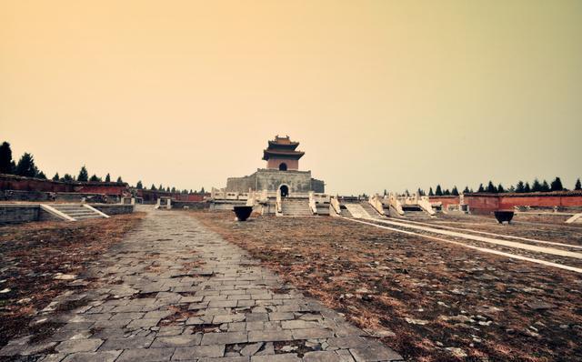 清东陵是举世闻名的皇家陵园,有十五座帝后妃陵寝,但是清东陵曾今发生过一起怪事,让人匪夷所思!
