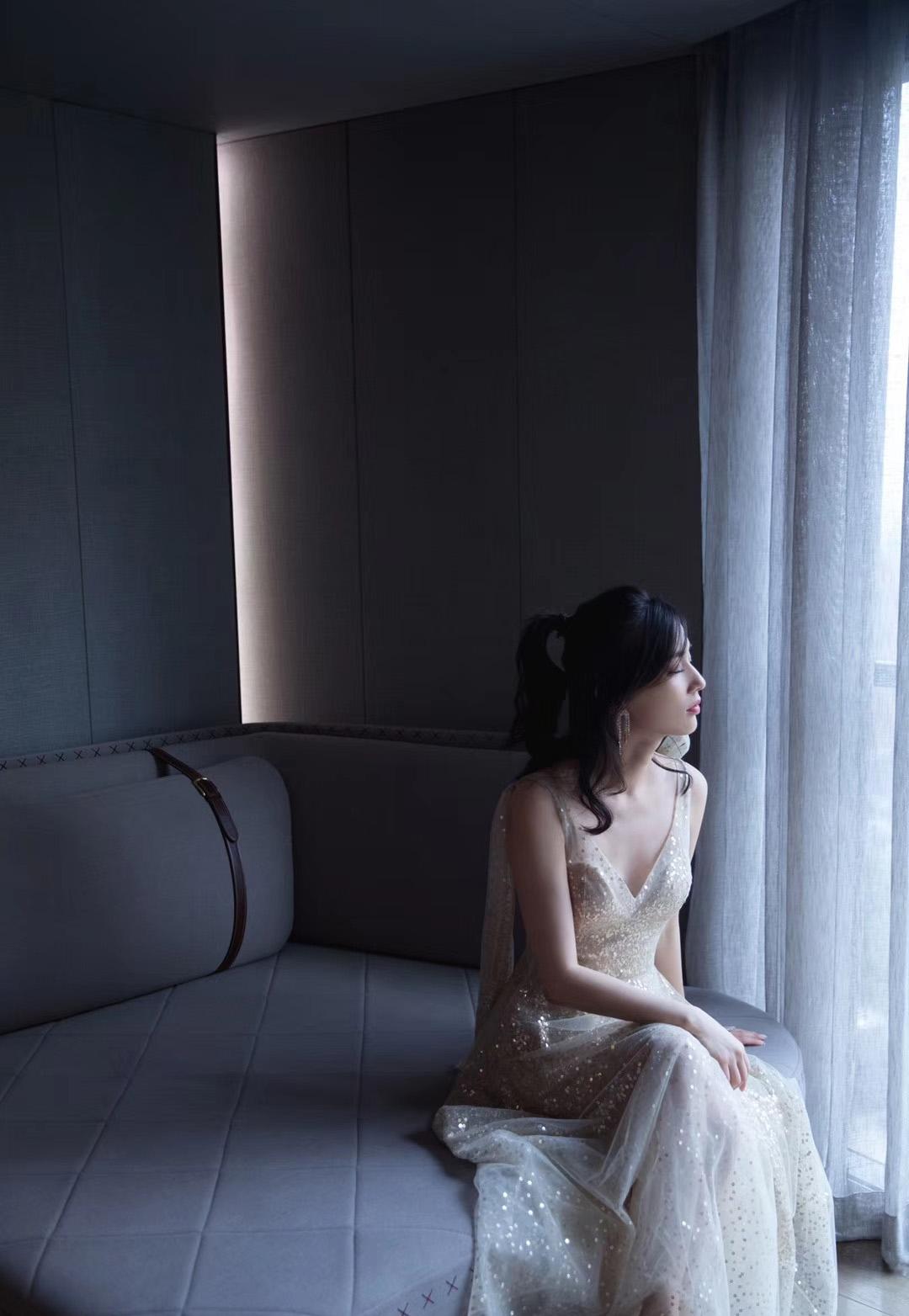 <b>黄圣依扎马尾造型亮相,一袭金色V领亮片裙清爽甜美,皮肤白皙满满的少女感</b>