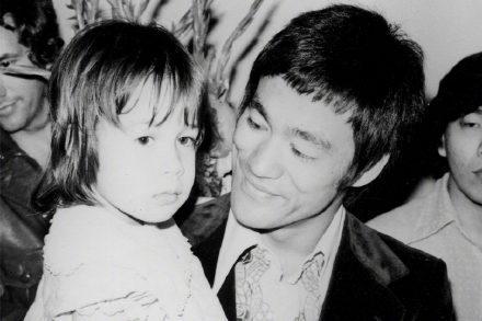 李小龙女儿李香凝不满好莱坞往事丑化父亲,华人刻板印象几时休?