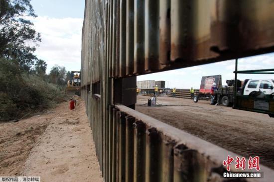 "<b>一板跨两国,隔墙同玩耍:美墨边境墙""插上""跷跷板</b>"