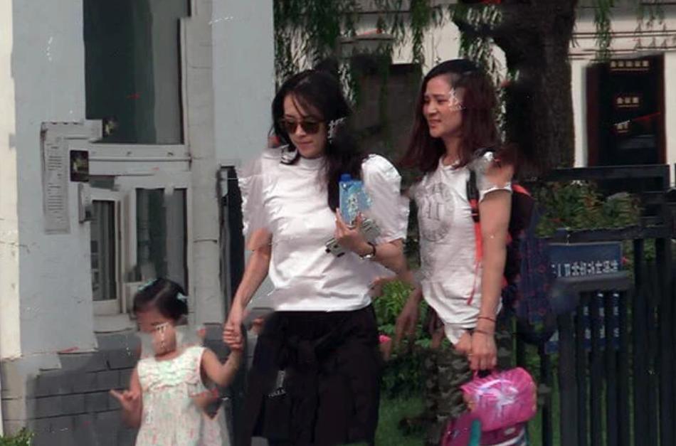 章子怡与四岁女儿醒醒 网友:女儿与她犹如复制粘贴