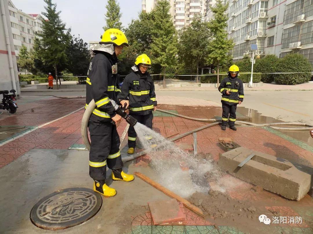 河南洛阳:燃气管道泄漏起火 消防紧急处置
