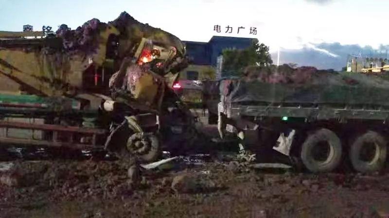 南沙东涌今早黎明泥头车撞货车,一人当场盖白