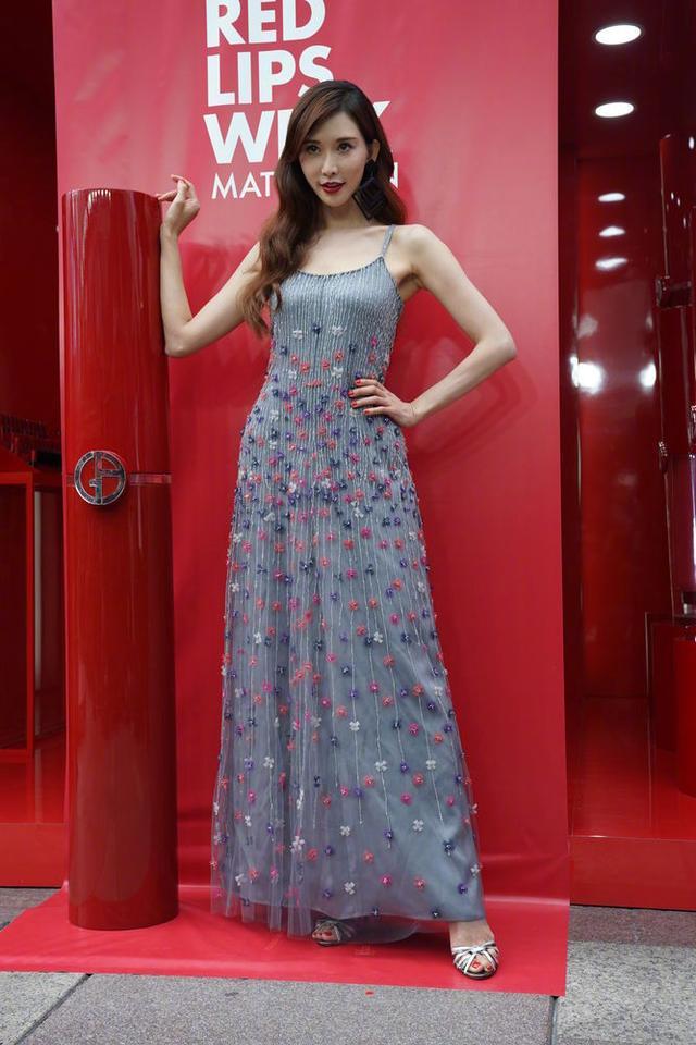 林志玲一袭吊带裙出席活动,结果手暴露了年纪,相信她45岁了