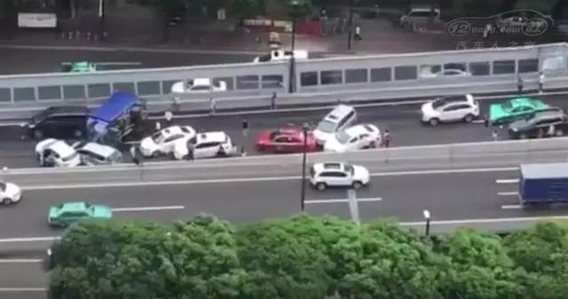 12车连环相撞!广州一货车闯内环禁区失控侧翻,现场一片狼藉