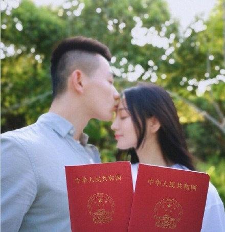张馨予晒与老公热吻照,庆祝结婚一周年,身后的宝宝椅亮了