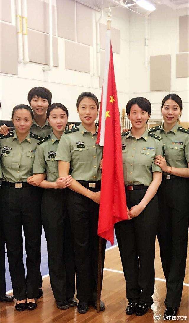 帅气!女排姑娘晒军装照向中国军人致敬,英姿飒爽神采飞扬