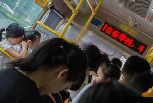 色狼出没!上海一公交车上61岁男子猥亵他人,被20岁女孩当场喝止
