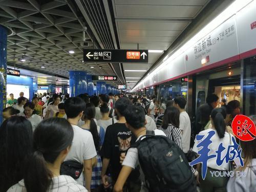 """台风""""韦帕""""来袭,广州市民出行热情不减反增"""